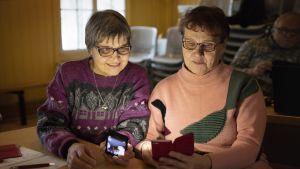 Naiset kännyköillä Paula Patama ja Seija Talaskivi.