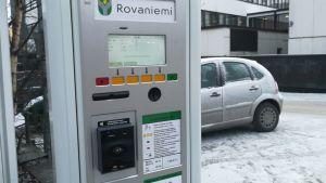 Kortilla ja käteisellä toimiva pysäköintiautomaatti Rovaniemellä.