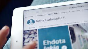 Kansalaisaloite.fi-palvelu tabletin ruudulla.