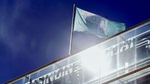 Sanoma-lippu Sanomatalon katolla Helsingissä