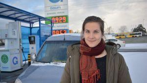 Natalie Helenius on tyytyväinen kaasuautoonsa.