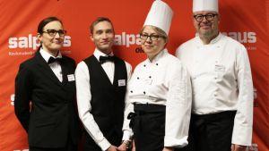 Kuvassa vasemmalta opettaja Kaija Taipale, tarjoilijaopiskelija Sebastian Hämäläinen, kokkiopiskelija Elina Marttinen ja lehtori Hannu Joutselainen.