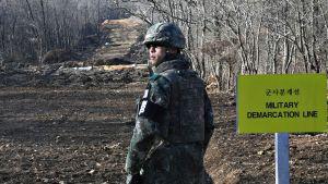 Eteläkorealainen sotilas seisoo lähellä demilitarisoitua vyöhykettä.