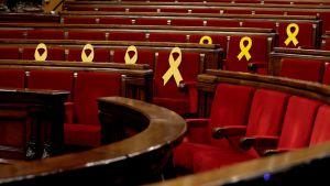 Pankkirivistöissä muutamassa tuolinselkämyksessä on keltainen nauha.