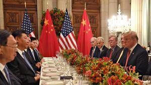 Donald Trump ja Xi Jinping G20-maiden kokouspäivällisellä Buenos Airesissa.