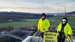 Kaksi Greenpeacen aktivistia ruskohiilitehtaan tornissa Slovakiassa.