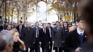 Saavuttuaan Argentiinasta G20-kokouksesta presidentti Macron suunnisti Pariisin Riemukaaren luo katsomaan edellisen illan mellakoiden tuhoja.