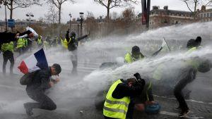 Mielenosoittajia suihkutetaan vesitykillä Pariisissa