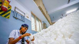työntekijä muovikuppikasan vieressä
