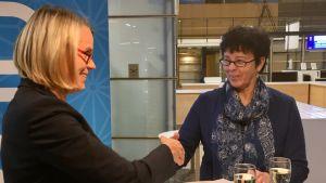 Finavian henkilöstöjohtaja Kaarina Soikkanen (vas.) ja Tredun ammatillisen koulutuksen johtaja Outi Kallioinen allekirjoittivat sopimuksen Tampere-Pirkkalan lentoasemalla.