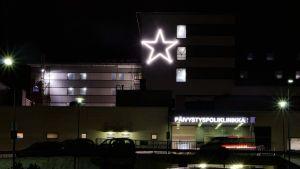 Tähden mallinen joulukoriste Kainuun uuden sairaalan seinässä
