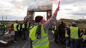 Mielenosoittajat tukkivat pääsyn öljyn jalostamolle Frontignanin kaupungissa Etelä-Ranskassa.