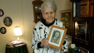 98-vuotias Aune-Leea Huotari ja valokuva hänestä itsestään sodan aikana.