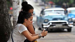 Kuubalaisia käyttämässä älypuhelinta.