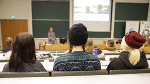 Laura Kaltiainen pitää esitelmää opiskelijoille.