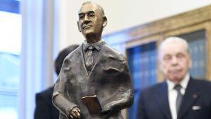 Pääsihteeri Seppo Tiitisen muotokuva luovutettiin eduskunnnalle Eduskuntatalossa 5. joulukuuta.