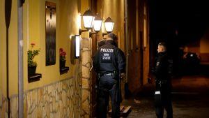 Poliiseja tutkimassa italialaista ravintolaa