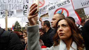 Kosovon serbit vastustivat marraskuun lopulla Mitrovican kaupungissa hallituksen määräämää veronkorotusta serbialaisille tuotteille.