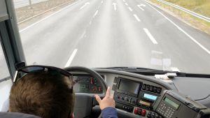 Linja-autonkuljettaja ajaa autoa.