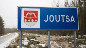 Joutsa-kyltti tien vieressä.
