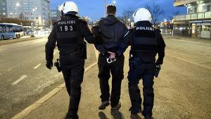 Poliisi teki kiinniottoja uusnatsien Kohti vapautta! -marssin saapuessa Hakaniemeen Helsingissä itsenäisyyspäivänä.