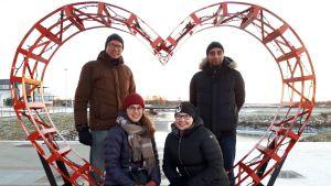 Jarmo Lokio, Ali Ababneh, Katariina Huikari ja Birgitta Tamminen selfiesydämessä Victoriantorilla