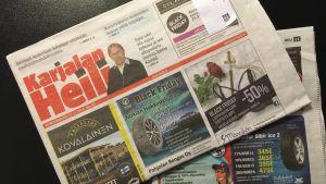 Kaksi Karjalan Heili -kaupunkilehteä pöydällä.