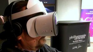 Janne Nieminen virtuaalilasit ja kuulokkeet päässään