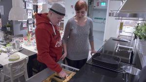 Pariskunta katselee Ikean keittiötä