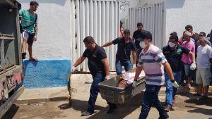 Ampumavälikohtauksessa kuolleen ruumista kuljettettiin pois Milagresin kaupungissa, jossa pankkiryöstön yritys päättyi ainakin 12 ihmisen kuolemaan.