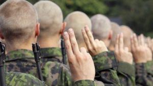 Merivoimien sotilas vannoo sotilasvalan Upinniemessä.