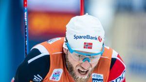 Martin Johnsrud Sundby nojaa polviinsa maalissa.