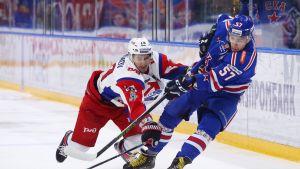 Kuvassa vasemmalla Lokomotivin Artur Kajumov