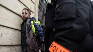 Mellakkapoliisi pidättää mielenosoittajan Pariisissa.