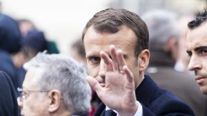 Ranskan presidentti Emmanuel Macron vilkuttaa kädellään.