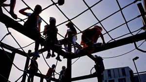 Koululaisia kiipeilytelineessä.