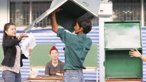 Thaimaalaiset vaalivirkailijat tarkastavat vaaliuurnan Bangkokissa.