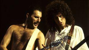 Freddie Mercury  ja kitaristi Brian May esiintymässä Lontoon Wembley Arenalla 1984.