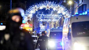 Poliiseja Strasbourgin joulutorin lähistöllä myöhään tiistai-iltana 11. joulukuuta.