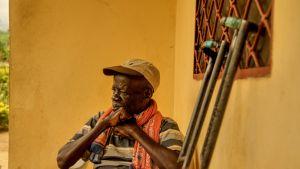 74-vuotias Samuel talon ulkopuolella