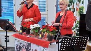 Mirja Känsäkangas ja Kaija Peräsalo Jurvan konsertissa.
