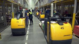 Lidlin jakelukeskuksessa 250 henkilöä kerää tuotteet myymälöihin lähteviin rekkoihin.