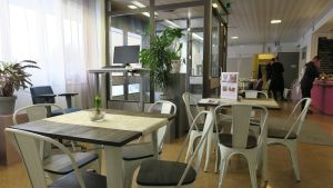 Etätyöpiste Virolahden linja-autoaseman kahvilassa.