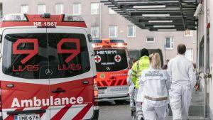 Ambulansseja Haartmanin sairaalan edustalla.