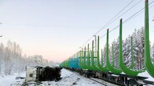 Kuorma-auto ja tyhjä puutavarajuna törmäsivät  12.12.2018 pimeänä talvi-aamuna Palojärven vartioimattomassa tasoristeyksessä Kemijärvellä.