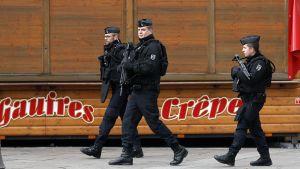 Ranskalaiset poliisit partioivat Strasbourgin joulumarkkinoilla.