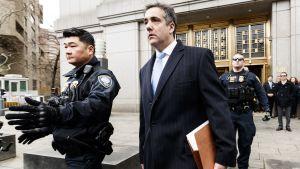 Poliisit saattavat Donald Trumpin entisen asianajajan Michael Cohenin oikeustalolta sen jälkeen, kun hänet tuomittiin kolmeksi vuodeksi vankeuteen.