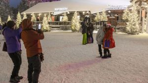 Joulupukin pajakylän keskusaukio on turistien suosima kuvauspaikka