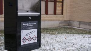Käytetyille huumeruiskuille tarkoitettu jäteastia