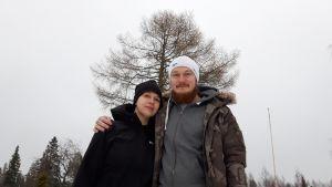 Eeva ja Benjamin Johansson seisovat tilan pihalla.